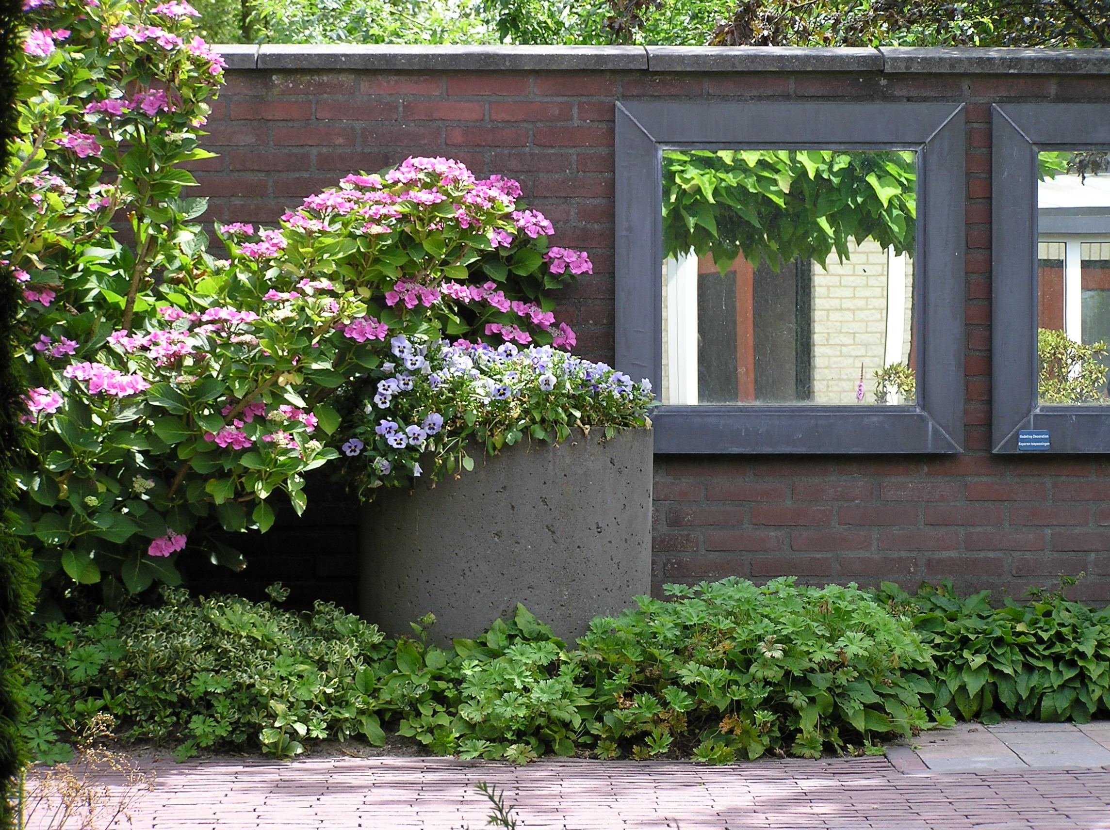 Spiegel Tuin Intratuin : Moderne spiegels tussen bloemen marerijcke