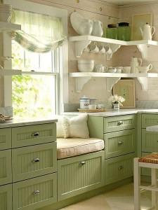 zithoekje in lindegroene keuken
